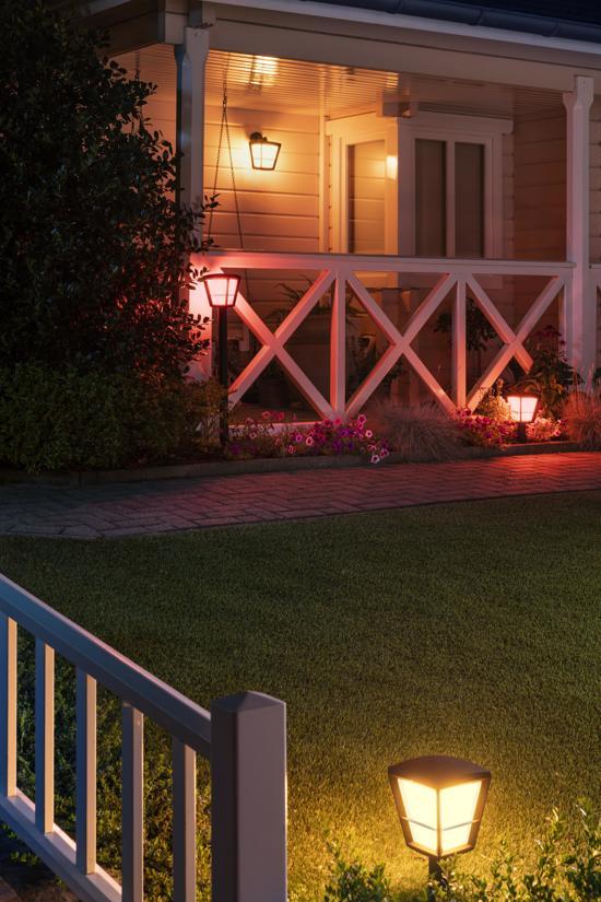 Philips Hue Econic buitenlantaarn in de tuin buiten met gekleurd rood licht